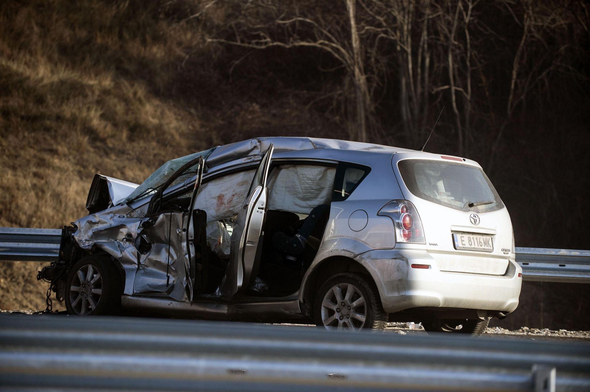 Първоначално са се ударили лек автомобил и микробус