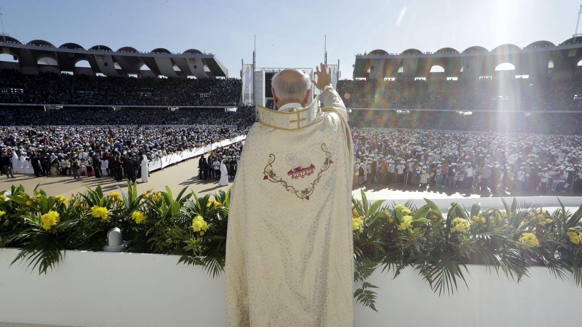 175 000 души на историческата меса на папата в Абу Даби (снимки)