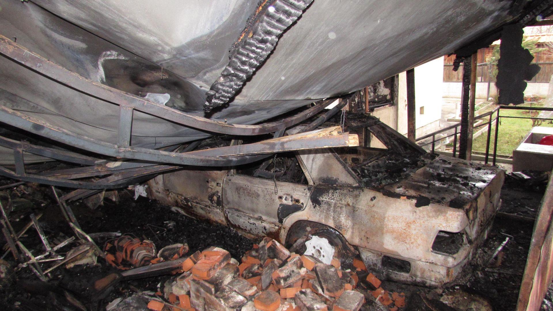 Голям пожар изпепели къща и 2 автомобила в Русе (снимки)