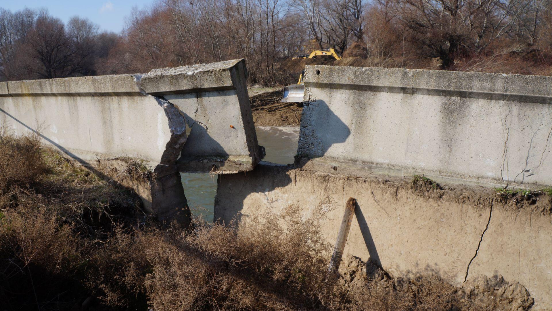 Започна укрепването на скъсаната дига в Катуница