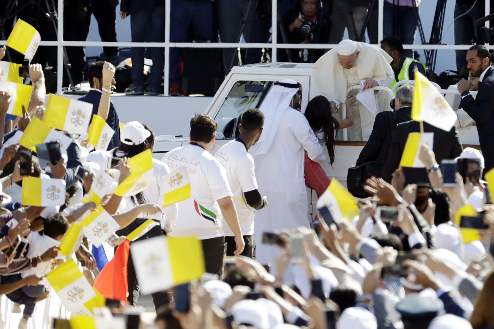 Момиченце се изплъзна на охраната и стигна до папата при пристигането му на стадион в ОАЕ, за да отслужи литургия