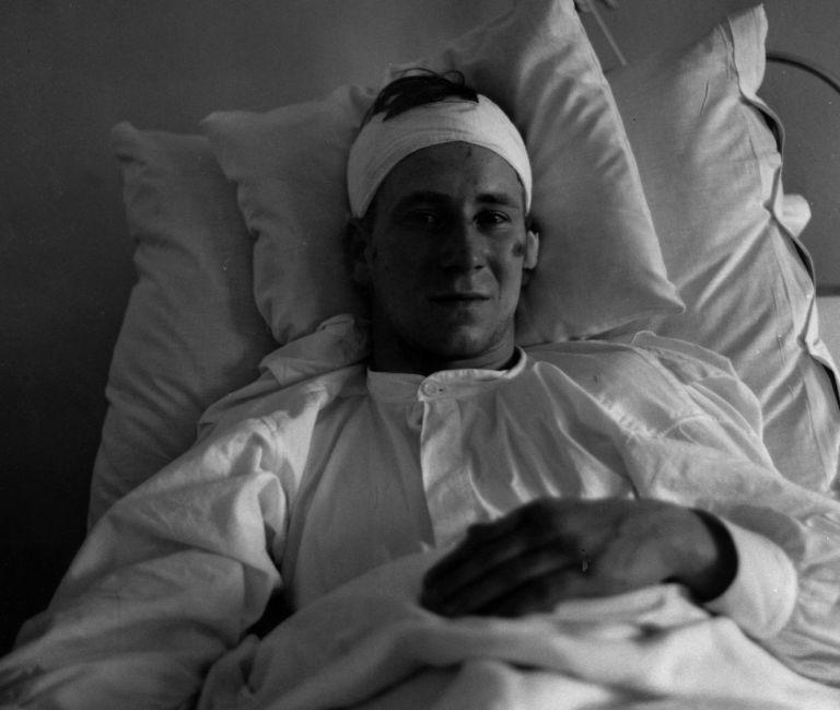 Боби Чарлтън в болницата след ужаса. Оцеля, за да се превърне в суперзвезда