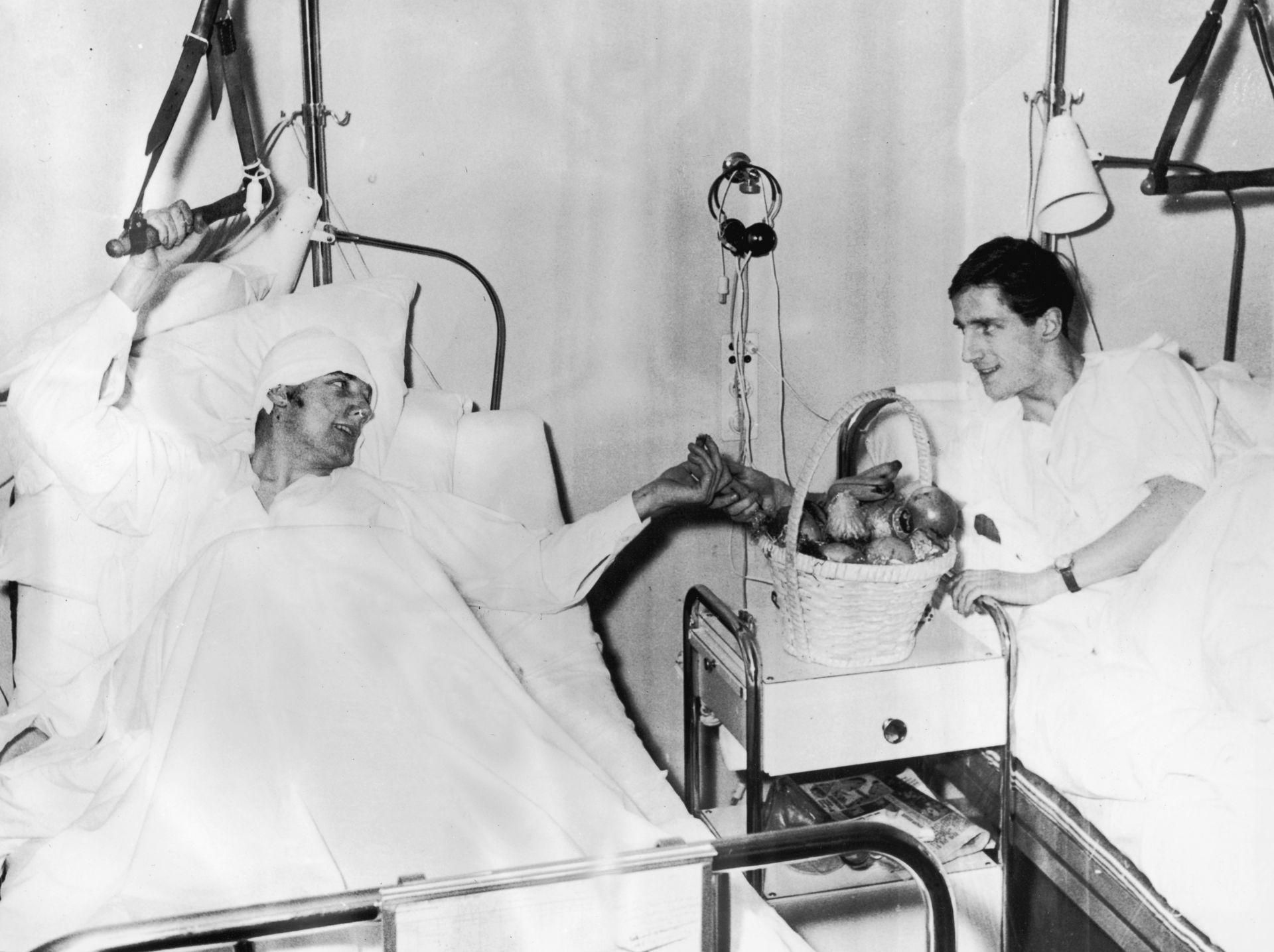 Двама от оцелелите играчи - Денис Вайълет и Албърт Сканлън в болницата, в дните след ужаса