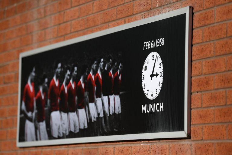 """Малкият мемориал на стадион """"Олд Трафорд"""" с часовника, който отмерва 15.04 ч  и датата на трагедията"""