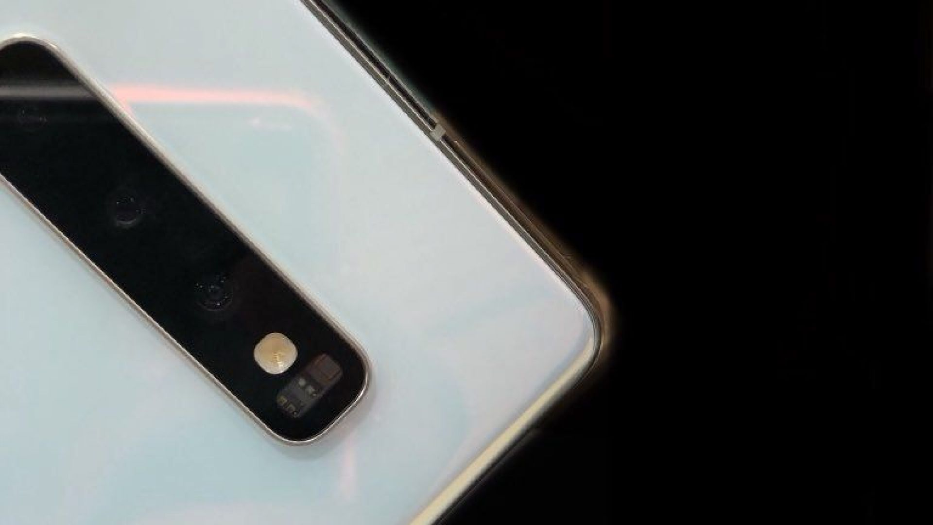 Появи се реална снимка на Galaxy S10 в бялo