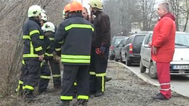 Дете оцеля по чудо в кола, паднала в скат до жп линия