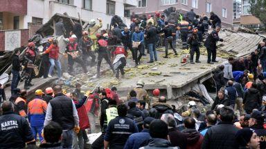 Блок се срути в Истанбул, двама загинаха, има затрупани хора (видео)