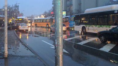 Два автобуса се удариха в София заради буйстващ пътник, шофьор е ранен
