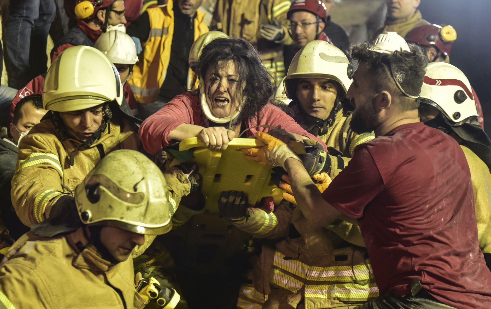 Извадена жена изпод развалините на рухналата сграда