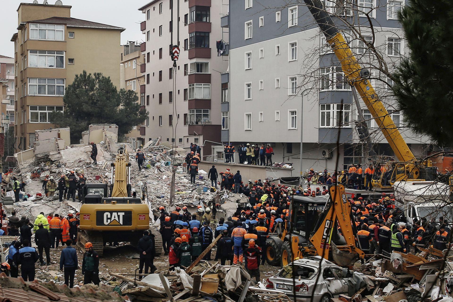 Осеметажният блок рухна вчера следобед