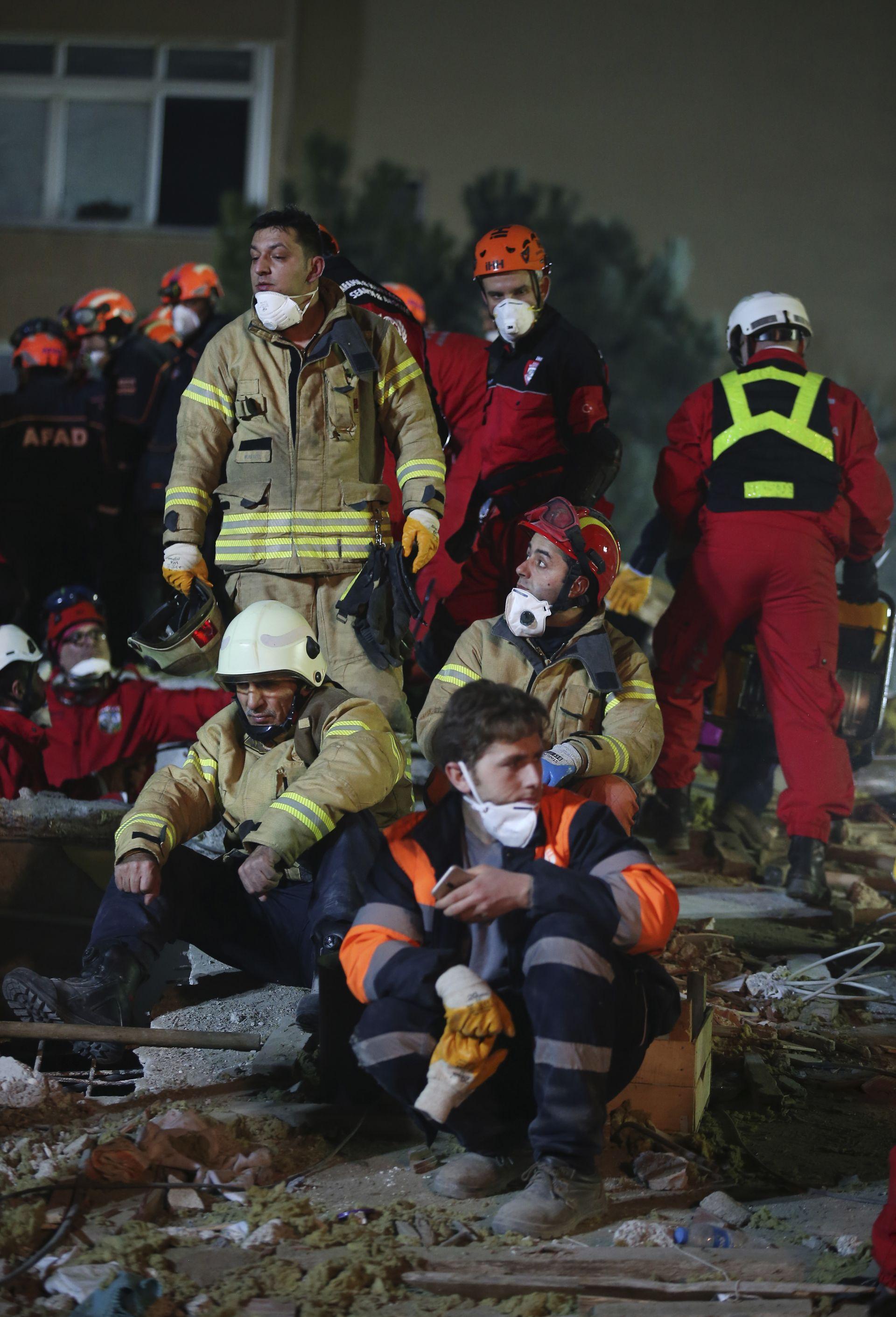 Спасители цяла нощ издирваха оцелели под руините