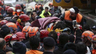 Извадиха живи две деца под рухналия 8-етажен блок в Истанбул