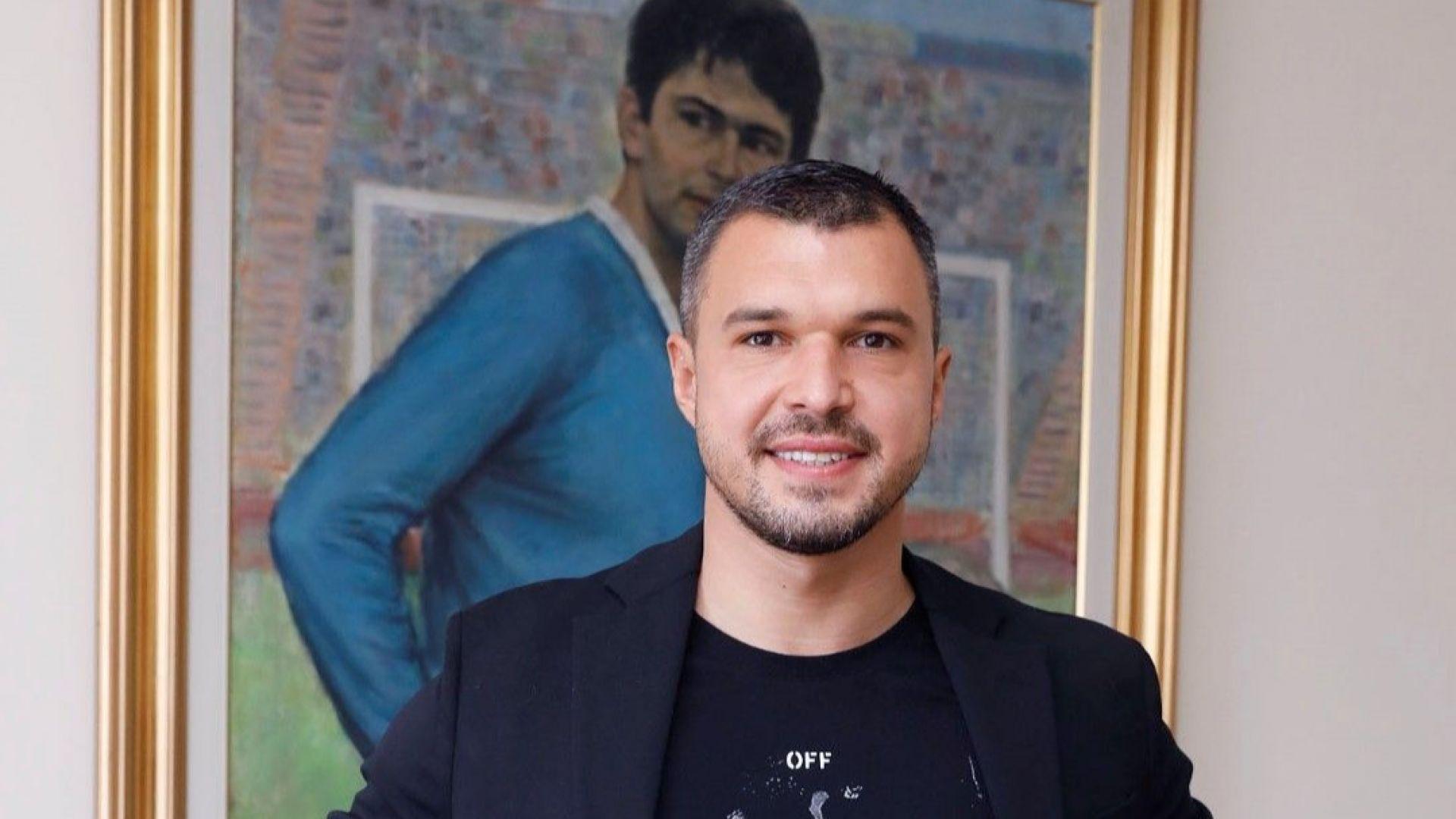 Божинов подписа и позира със синия екип