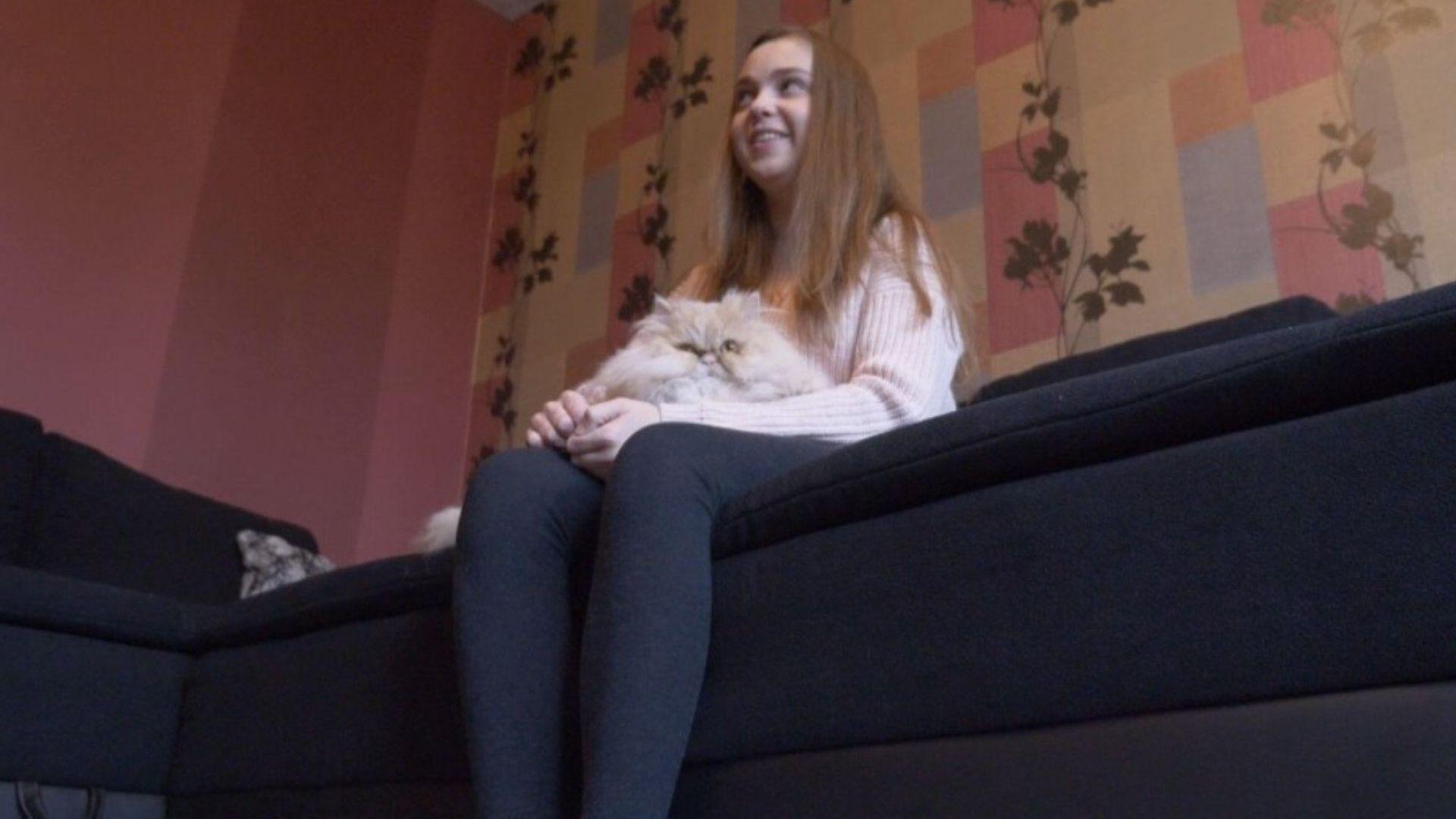 След бъбречна трансплантация, 16-годишната Поли отново е на училище