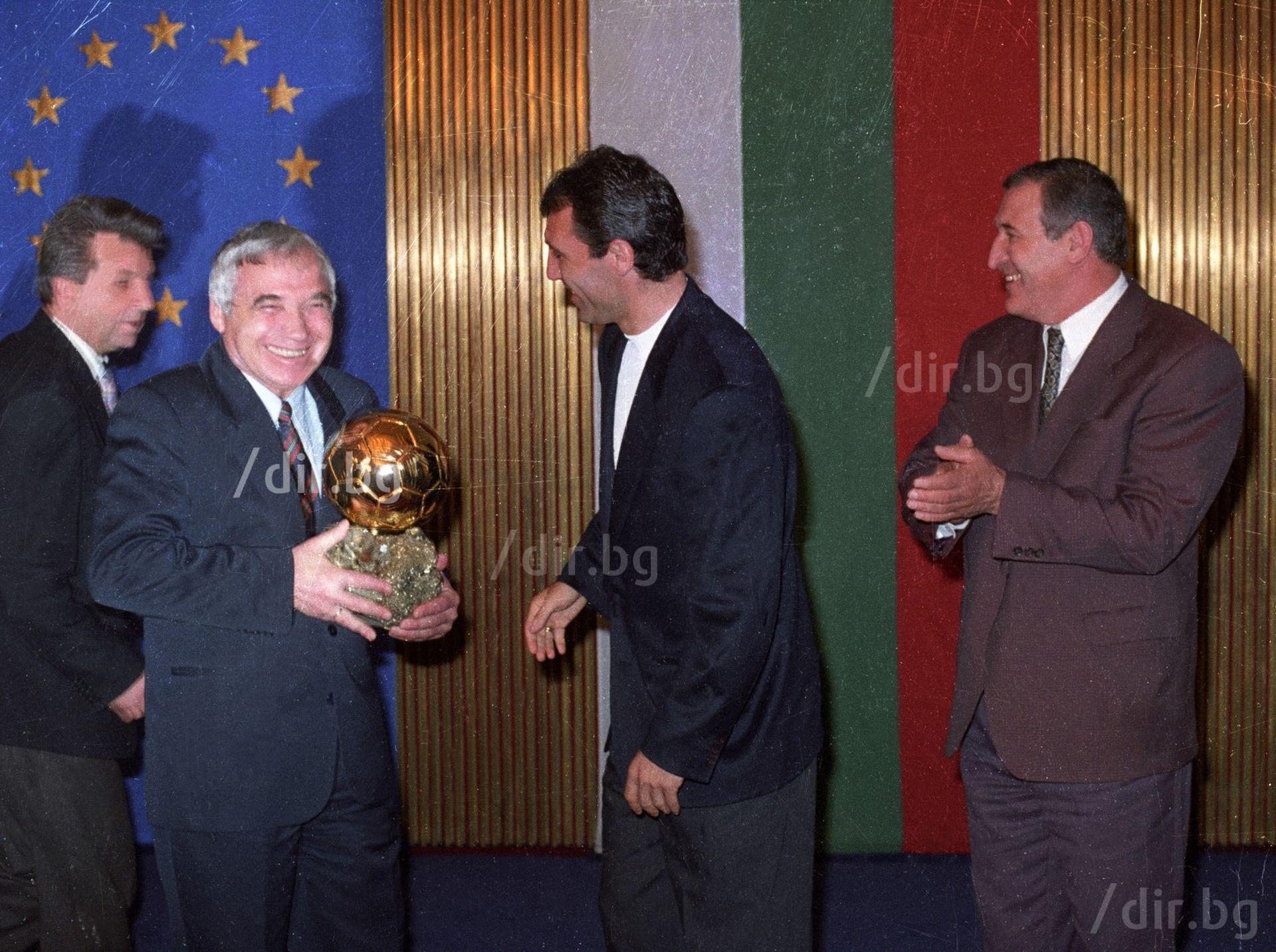 """Стоичков занесе """"Златната топка"""" - единствена, спечелена от българин, на президента Желю Желев в края на 1994 г."""