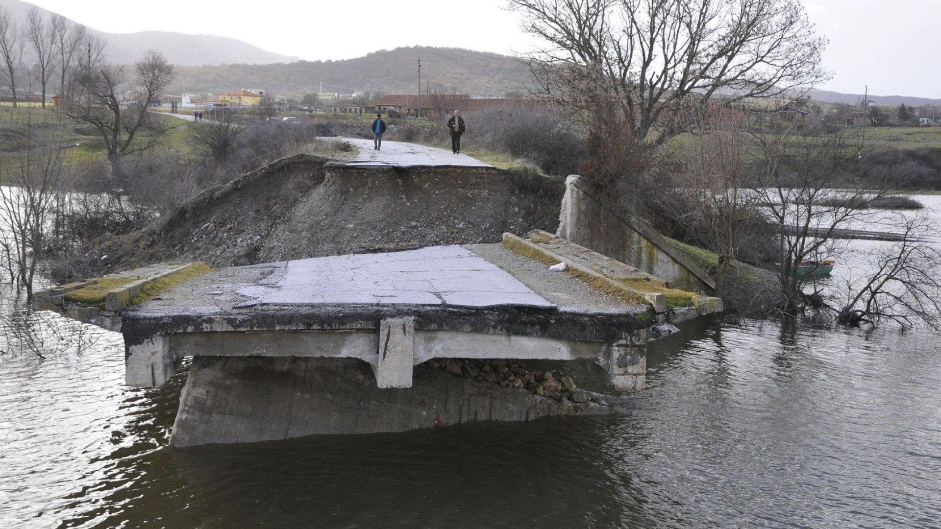 Спешно ремонтират мост, построен само преди 4 години