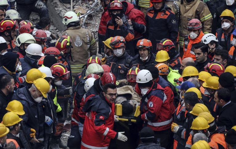 Спасители носят изваденото под руините на рухналия блок 16-годишно  момче