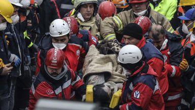 45 часа по-късно: Извадиха тийнейджър жив под рухналата сграда в Истанбул (видео)