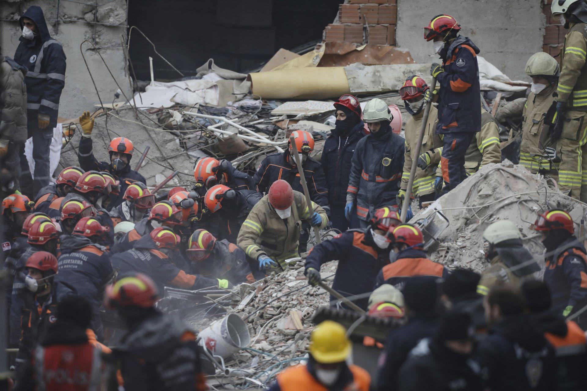 Спасителите се надяват на още оцелели под руините