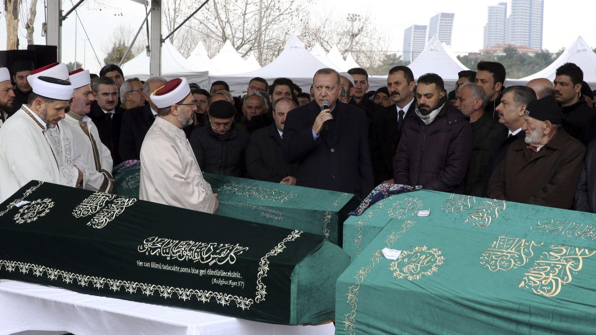Ердоган почете семейство, загинало при срутването на блока в Истанбул