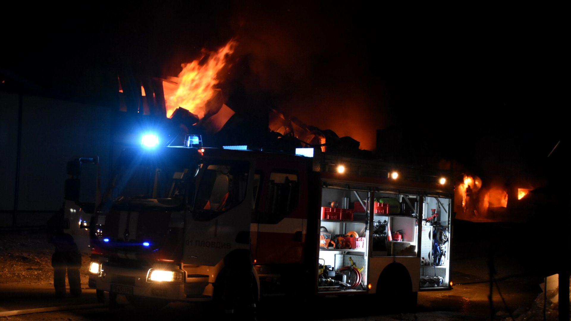 4 екипа все още гасят пожара в завода във Войводиново