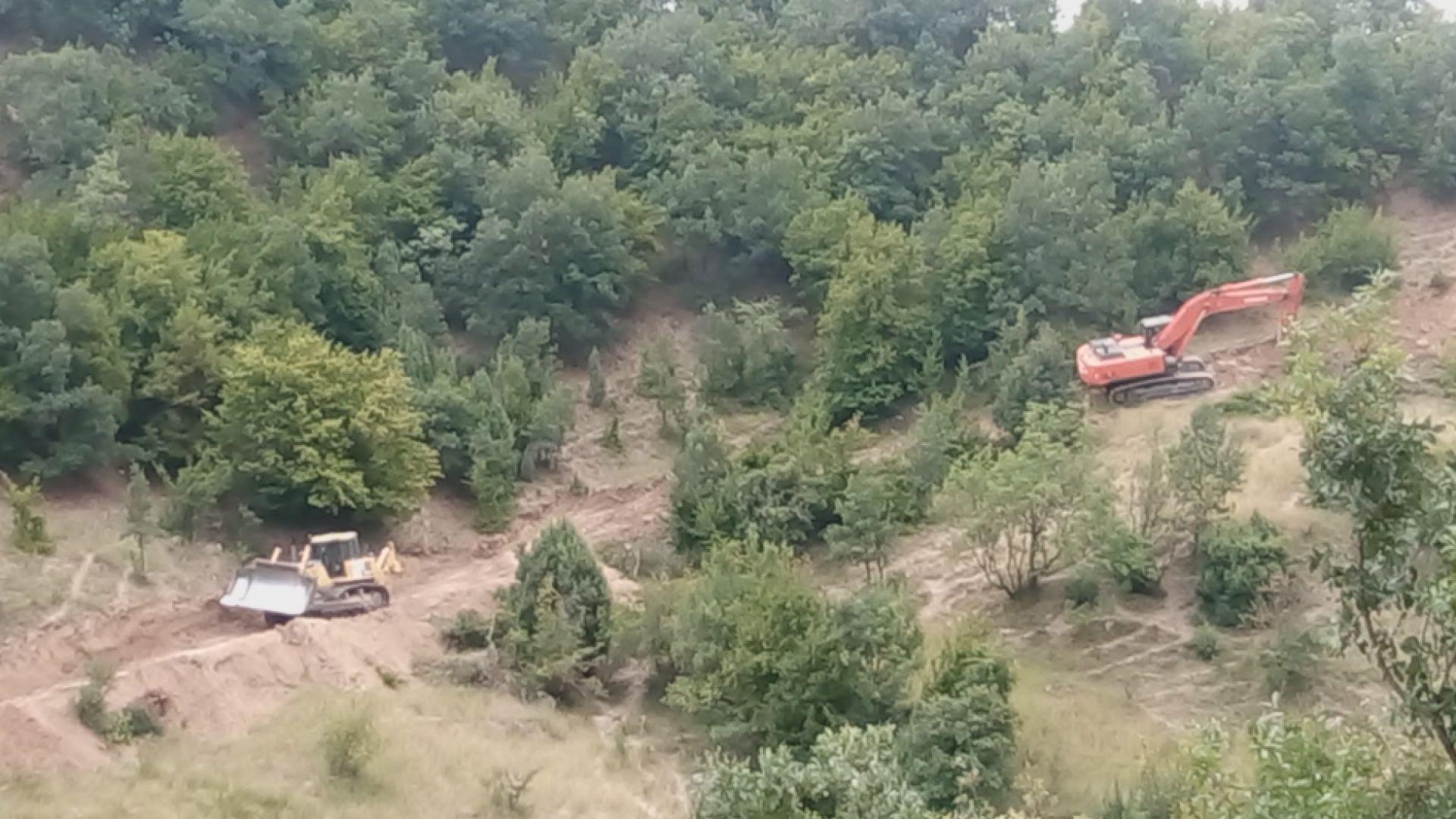 """Тежки машини вече копаят АМ """"Струма"""" край Кресна без обществена поръчка"""