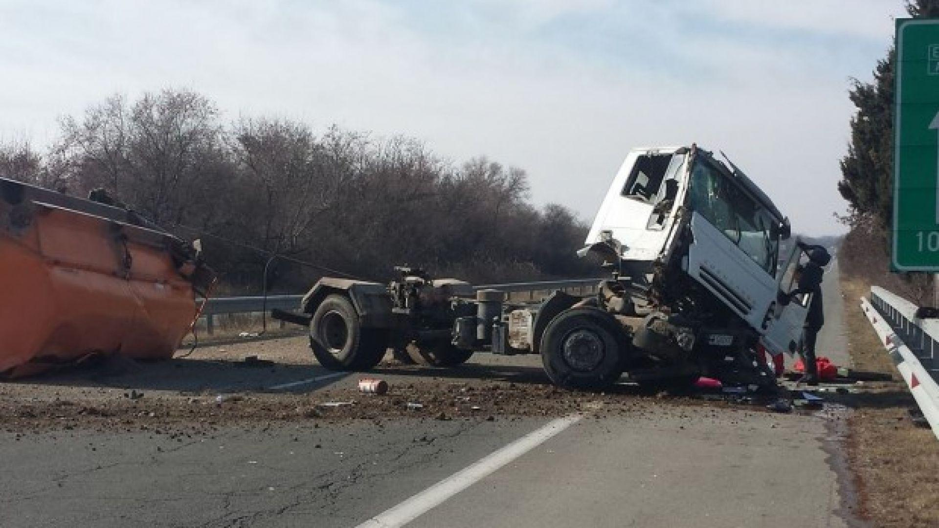 Камион, натоварен с фуражни смески, се обърна на автомагистрала