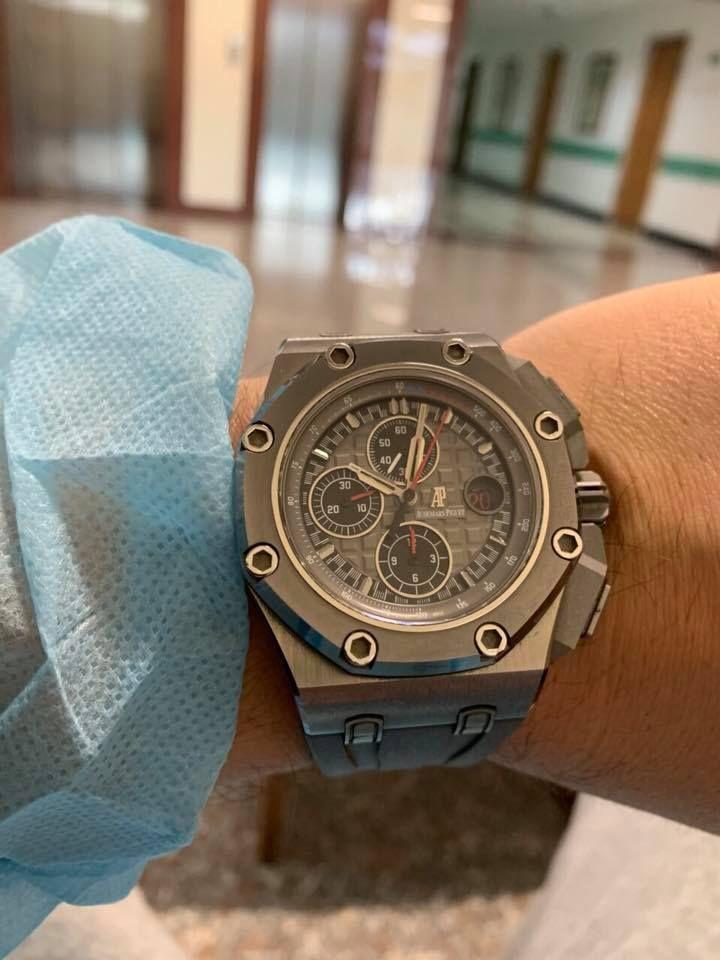 Часовникът е от луксозната швейцарска марка Audemars Piguet