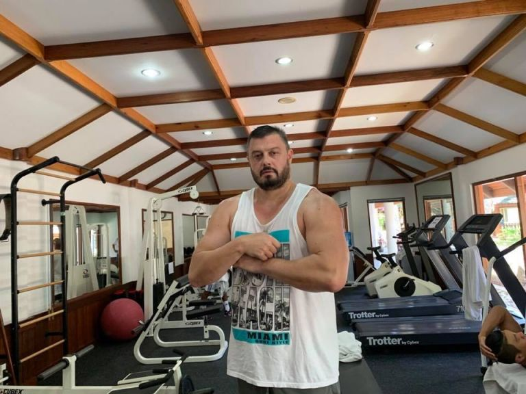 """Some guys are working out every day, but less - whole life are in the gym....That is look like completely true. PM Let the shears start now!"" (този текст отново предизвика коментари за английския език на политика)"