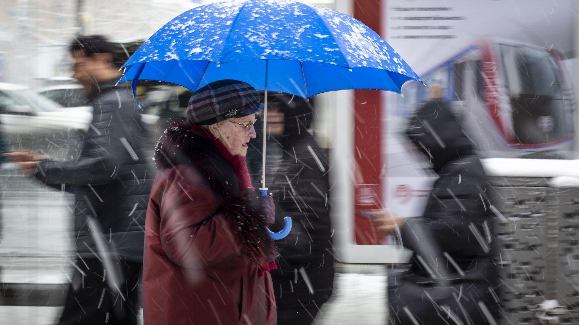 Рекордни снеговалежи в Москва спряха десетки полети