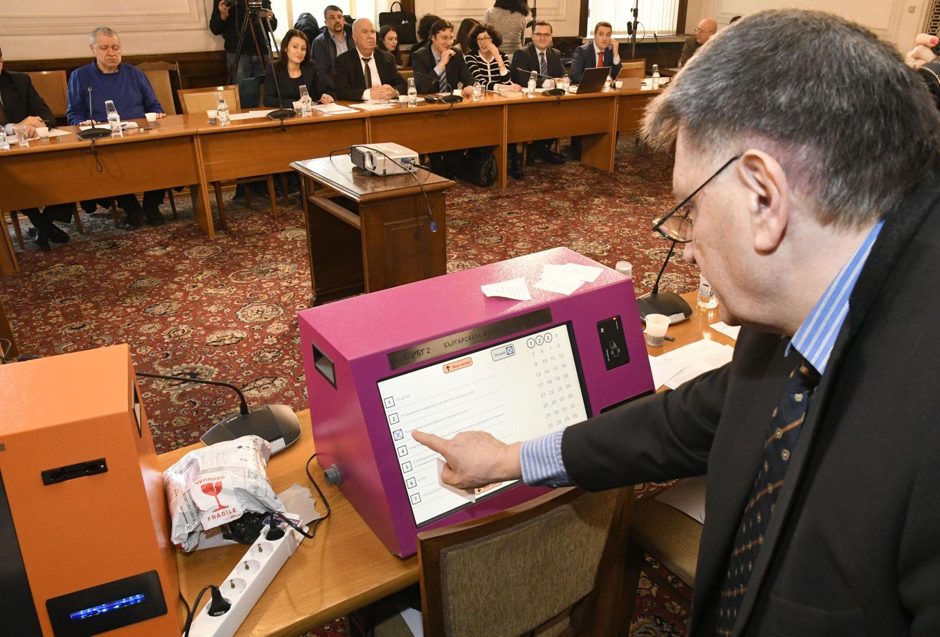Българският изобретател инженер Александър Чобанов показа нова машина за гласуване пред членовете на правната парламентарна комисия