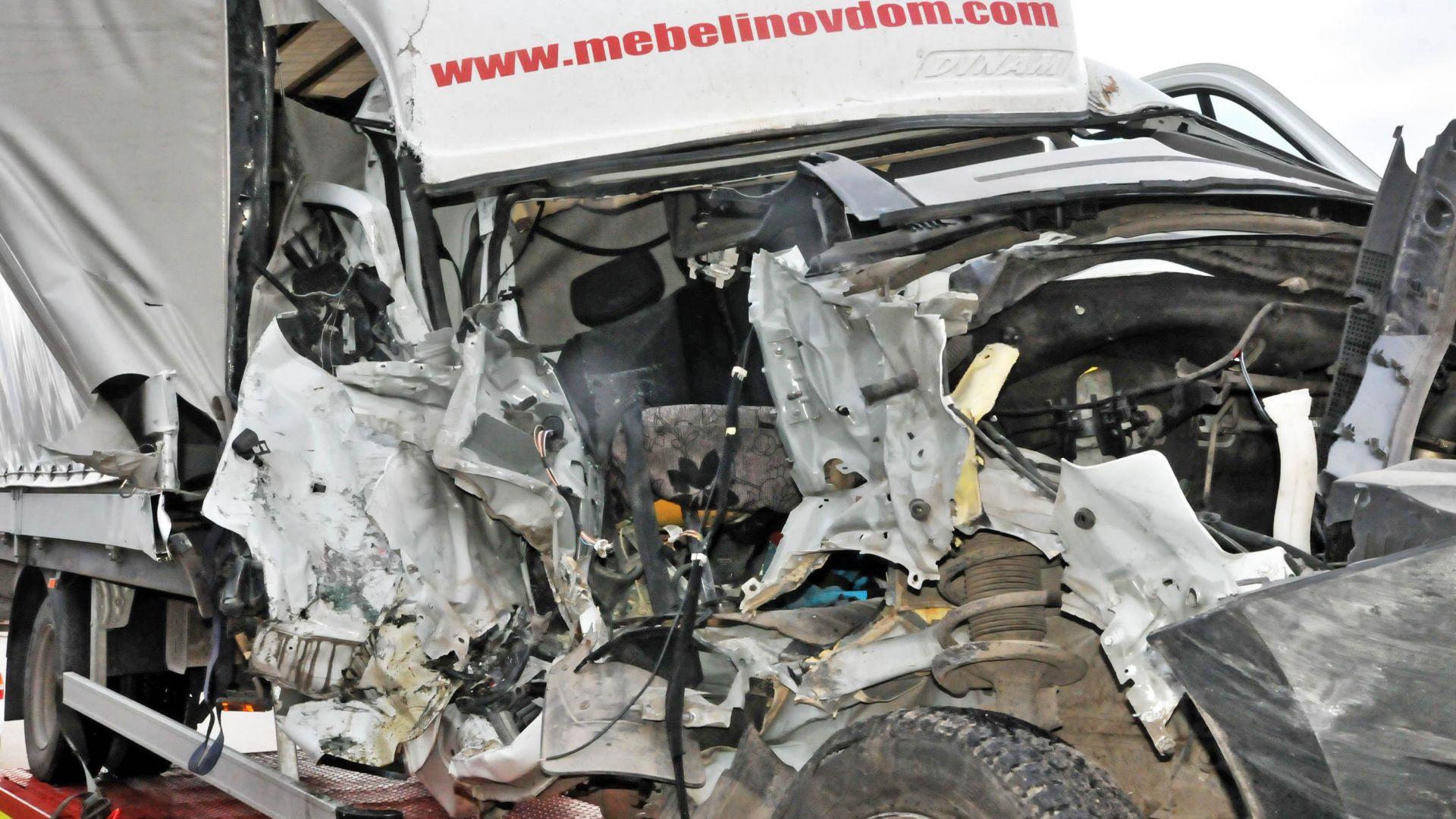 53-годишен мъж загина след челен удар на два камиона (снимки)
