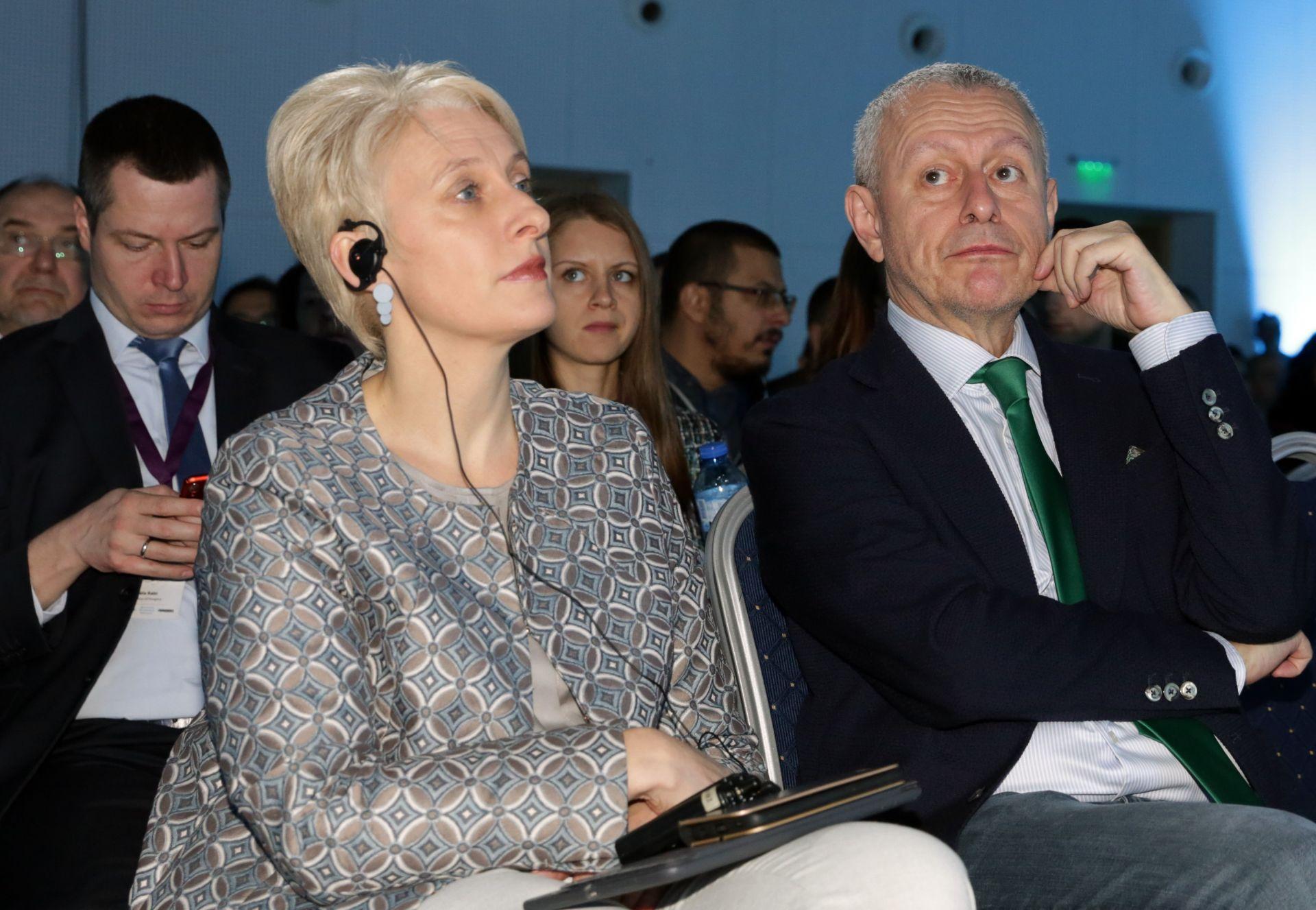 """Посланикът на Великобритания в България Ема Хопкинс и Соломон Паси по време на конференцията """"Cybersec 2019"""""""