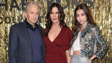 Семейство Дъглас с дъщеря си на ревюто на Майкъл Корс в Ню Йорк