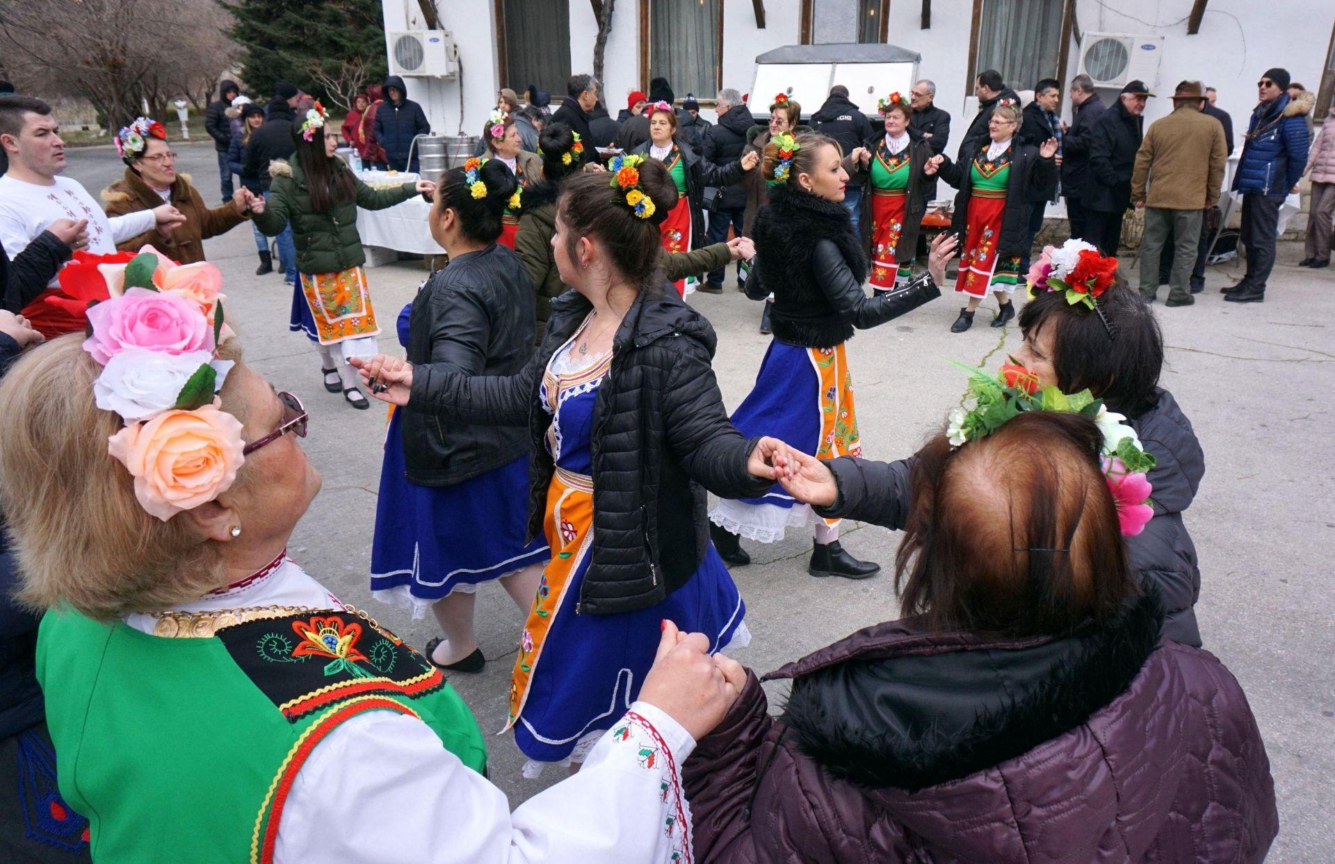 Празникът беше отбелязан с народни песни и много вино