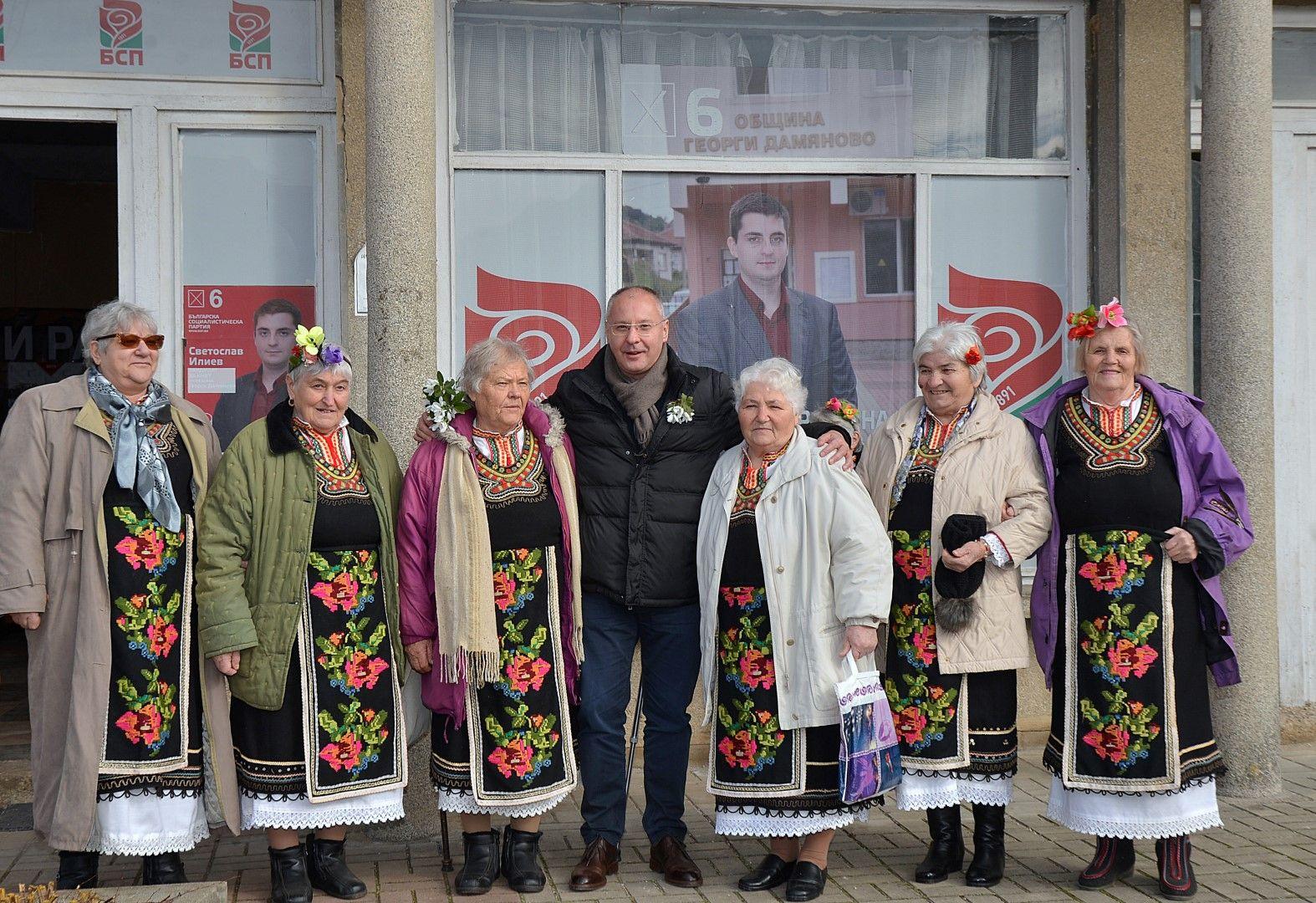 Бившият лидер на БСП се снима с местни баби пред клуба на партията