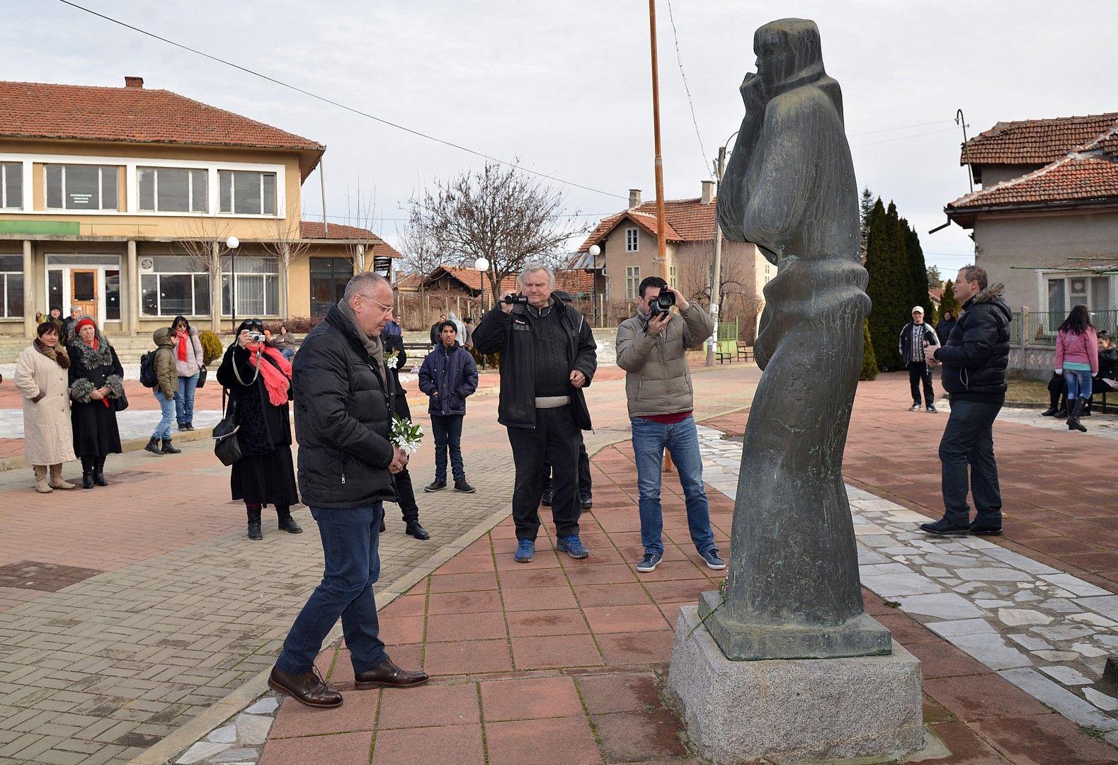 Станишев поднесе цветя пред паметник на загинали в Септемврийското въстание хора от селото