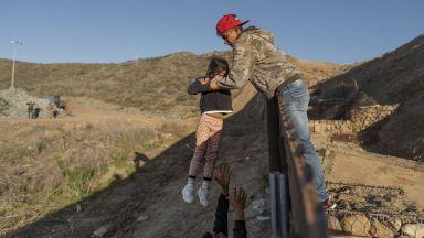 Близо 100 хил. души задържани на американската граница с Мексико за месец