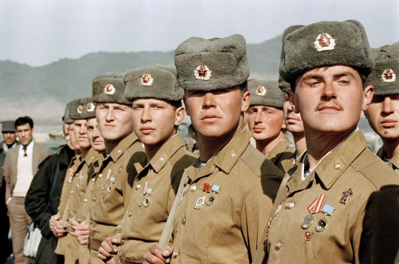 Съветски войници по време на парад в Кабул преди напускането на Афганистан, 13 февруари 1989 г.