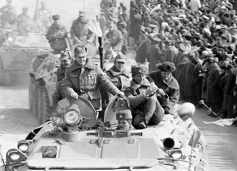 Съветска военна колона напуска Афганистан по моста над река Аму Даря и влиза в Узбекистанска ССР