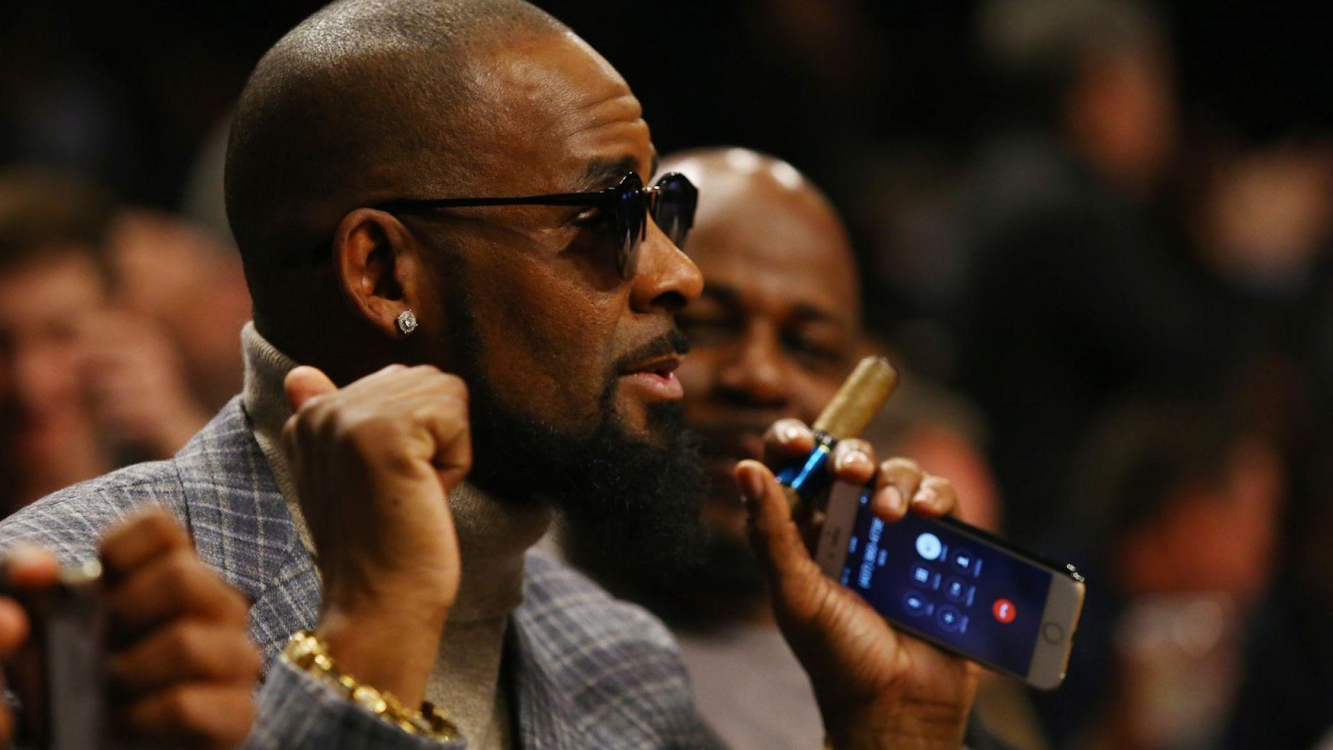 Приятелки на R. Kelly казаха, че родителите им го изнудват