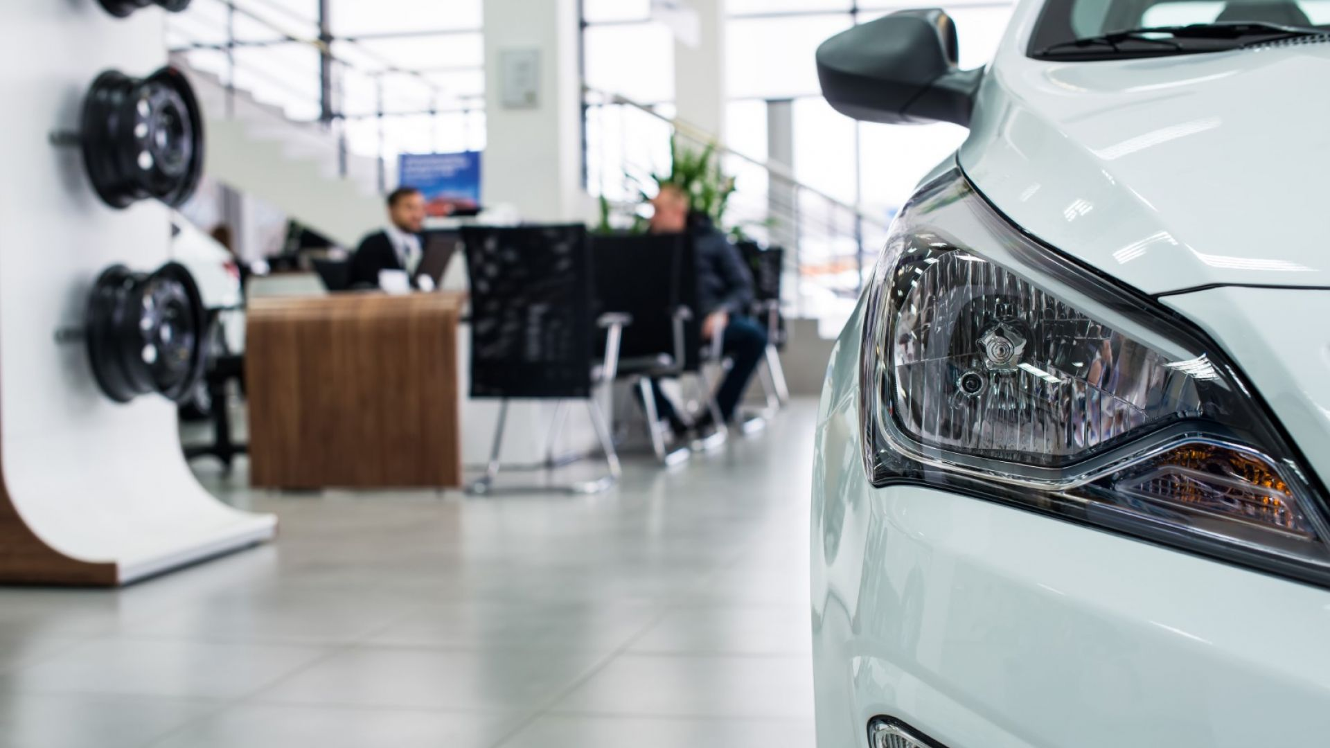 Продажбите на нови автомобили в Европа спадат, опасения за рецесия сред експертите