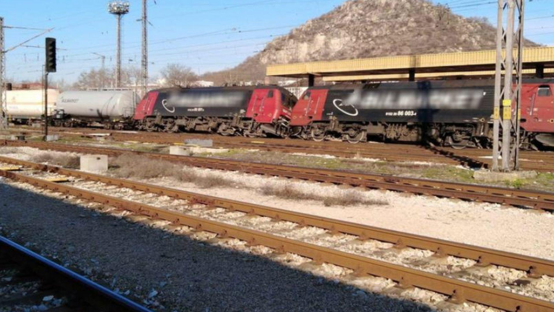 Дерайлиралите цистерни с пропан-бутан и двамата локомотива от товарната композиция
