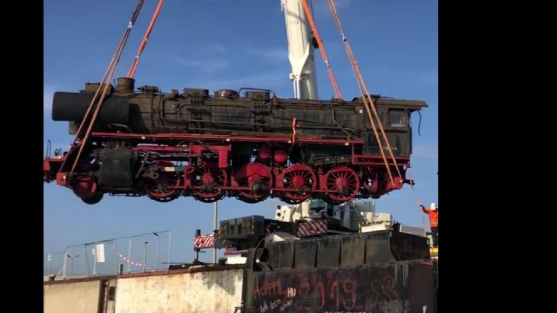 Уникален локомотив от Втората световна война пристигна у нас (видео)