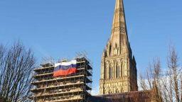 Руско знаме бе окачено до катедралата в Солсбъри