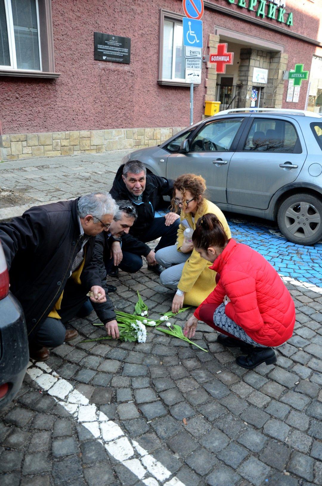 Цветя на мястото, което историкът смята, че е бил погребан Левски