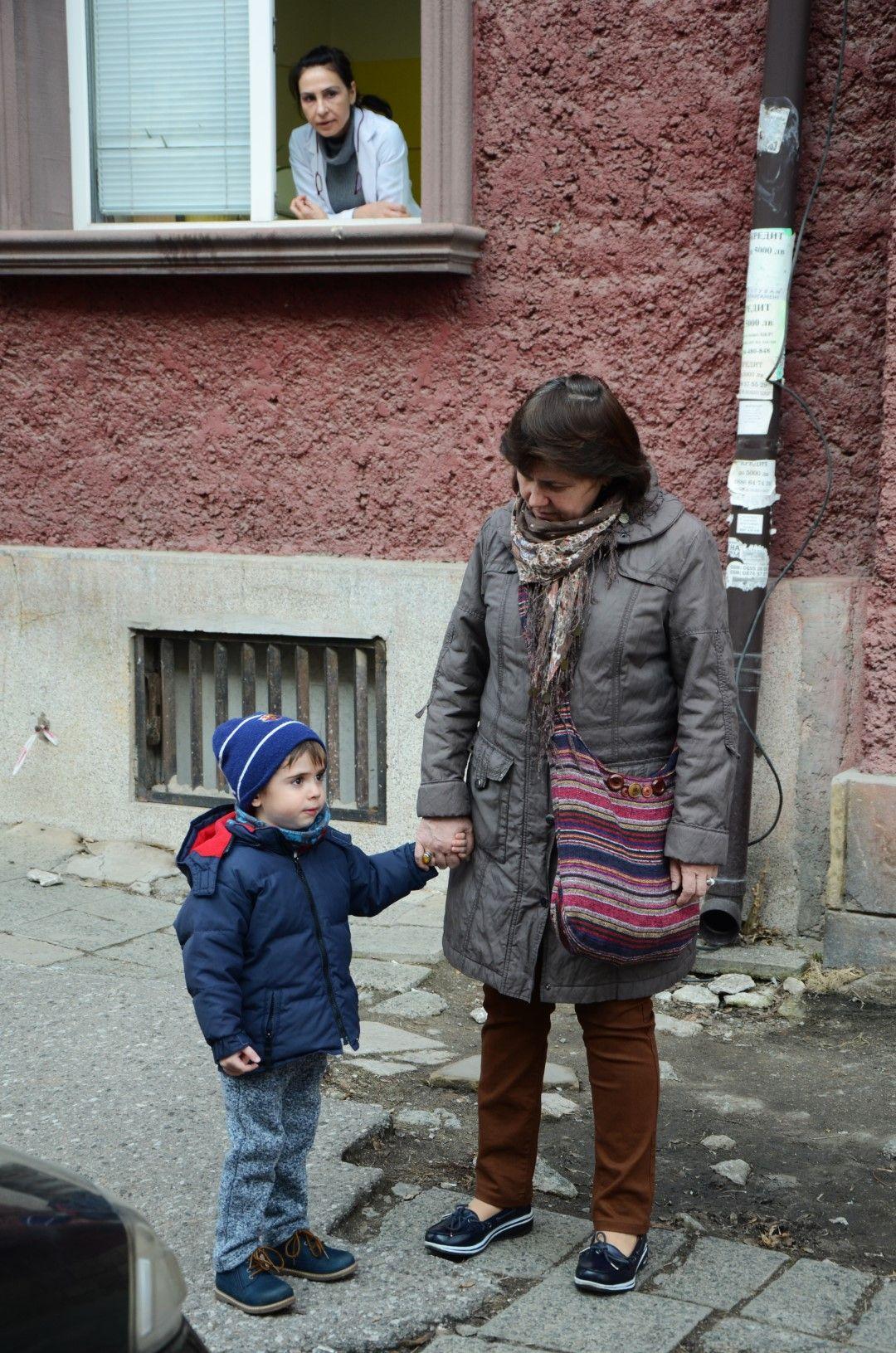 Майка с дете на мястото, където историкът твърди, че е могилата на Левски