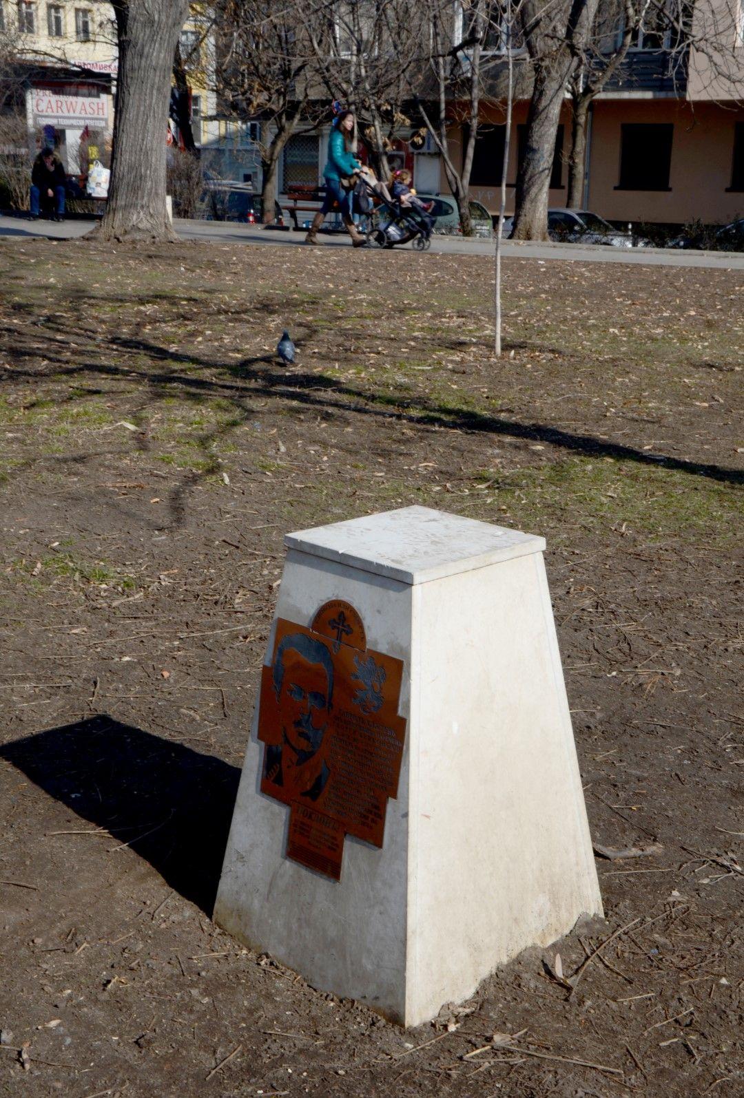 В градинката зад Министерство на земеделието е поставен паметен знак, според който  на това място е била погребана главата на Бенковски