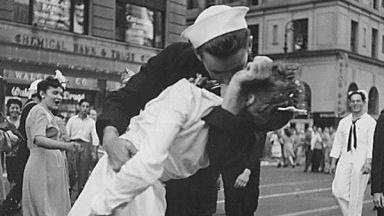 """Почина морякът от снимката  """"Целувката"""" за края на Втората световна война"""