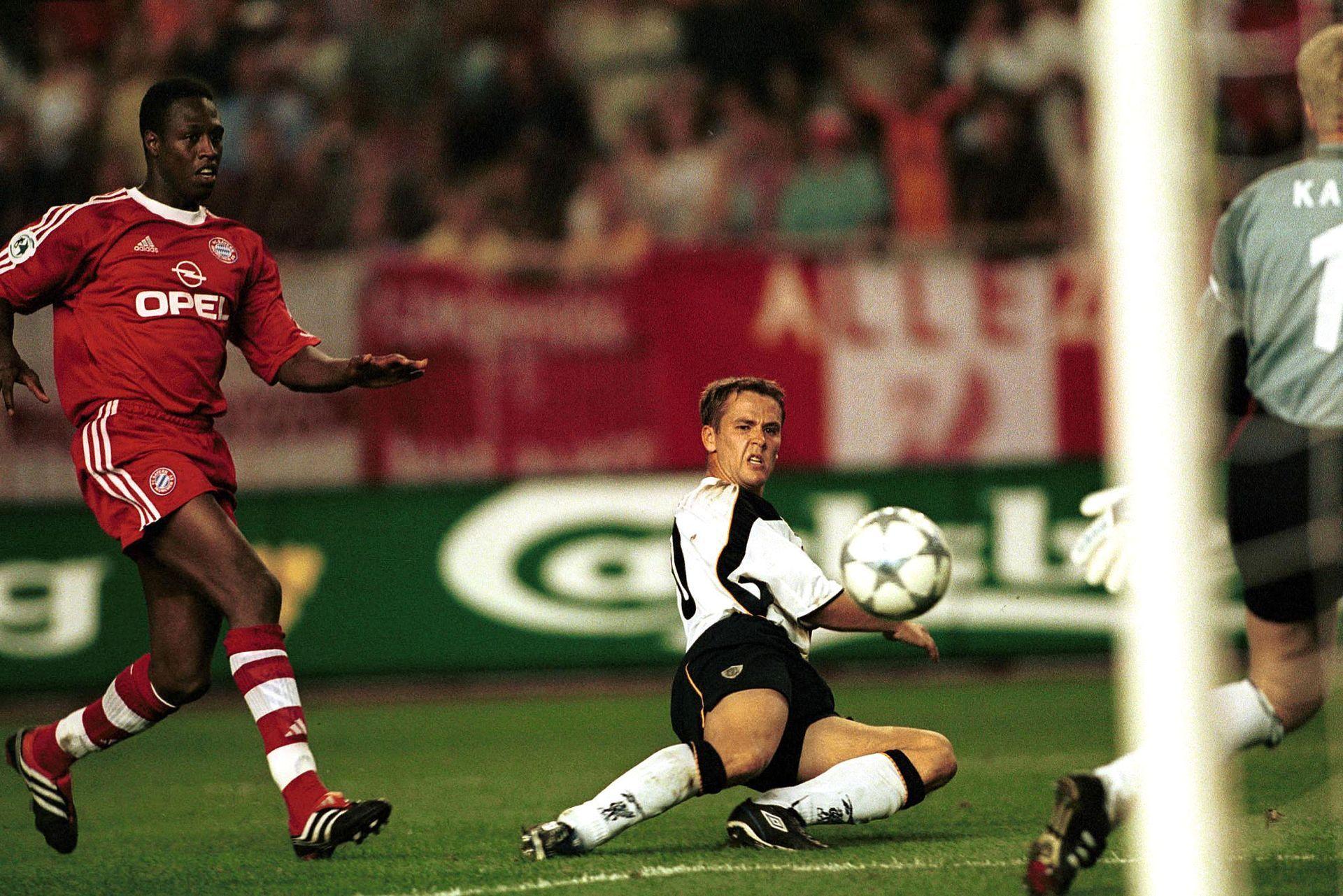 Оуен вкарва във вратата на Байерн с Оливер Кан на нея - 2001 г., финал за Суперкупата на Европа.